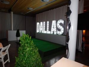Leuchtbuchstaben Dallas im Cafe Moskau