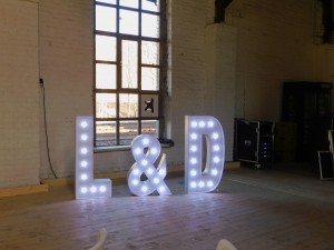 Leuchtbuchstaben als Hochzeitsdekoration